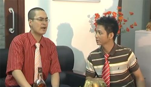"""Diễn viên Viết Thái và Hoàng Công trong một phân cảnh của tiểu phẩm """"Người Tuổi Voi""""."""
