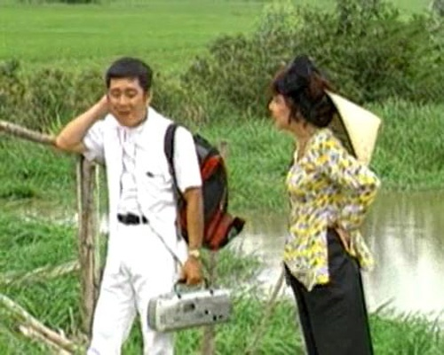 Cảnh trò chuyện giữa hai người bên cầu khỉ trong trong 'Năm Nổ Về Làng'