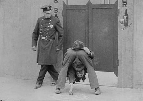 Một cảnh hài hước của Charlie Chaplin trong phim.