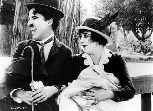 Một cảnh của vợ chồng nhà Charlie trong phim.