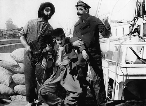 Charlie, một kẻ lang thang rơi vào lưới tình với cô con gái chủ tàu nhưng lại bị thuyền trưởng bắt vì tội trốn vé.