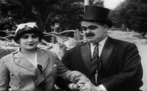 ị chồng Edna xua đuổi, ông không từ bỏ mà chuyển qua cô vợ của gã còn lại.