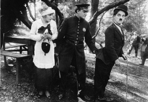 ác diễn viên đóng cặp cùng Vua hề trong tiểu phẩm này gồm: Leona Anderson, Billy Armstrong, Edna Purviance,..