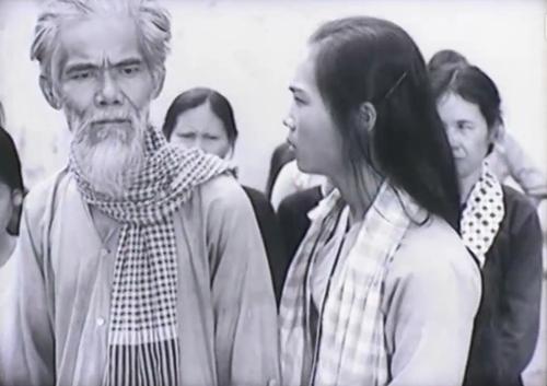 Phim thuật lại những sự kiện trong thời kỳ địch thi hành luật 10/59, với nhân vật Tám Trung là người đã vẽ và treo ảnh Bác Hồ.
