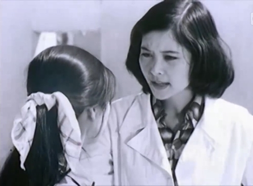 Nữ kỹ sư Khuê muốn cải tiến cung cách làm việc vốn trì trệ của An Bình nhưng đề án của cô bị phó giám đốc bác bỏ.