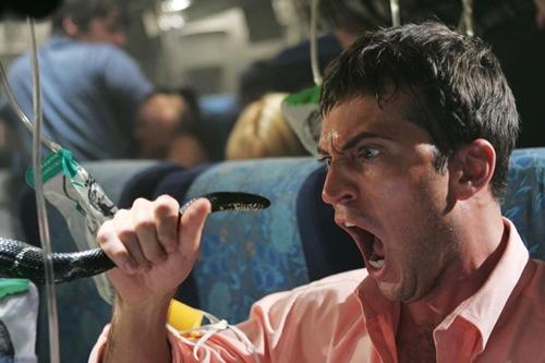 Một hành khác hoảng sợ khi bị rắn tấn công trong phim 'Snakes On a Plane'