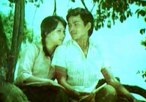 Quang và Hà yêu nhau từ thuở còn đi học trong phim ''Tình Yêu Và Khoảng Cách''