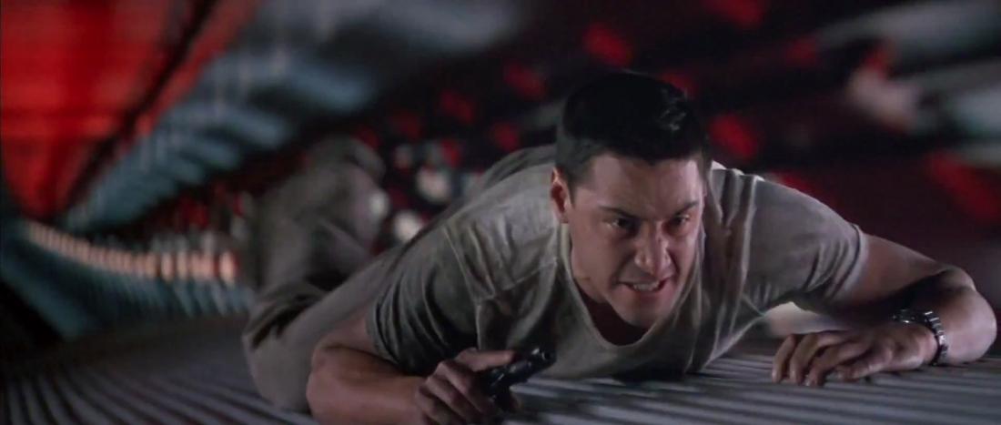 Chàng cảnh sát trẻ Jack Traven cần tìm cách gỡ bom trong khi chiếc xe phải duy trì vận tốc 50 dặm/giờ.