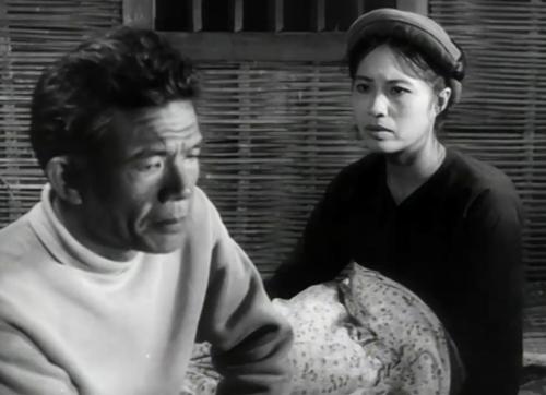 Cán bộ Cừ chia sẻ với vợ về hoàn cảnh của cô bé Tấm trong phim ''Đứa Con Nuôi''