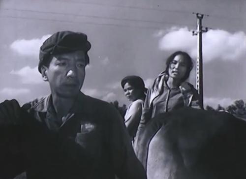 ''Độ Dốc'' ca ngợi tinh thần dám nghĩ dám làm của những người công nhân nông trường, quyết tâm đưa máy cày lên đồi cao