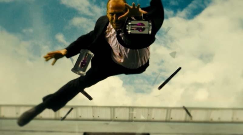 Frank Martin thả mình trên không để bắt lấy hai lọ thuốc.