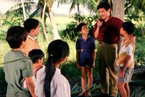 Anh Tư vốn là người vui tính nên được trẻ con tại đây yêu mến và tận tình giúp đỡ trong phim ''Dòng Sông Cười''