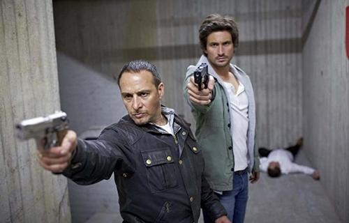 """Một phân cảnh xả súng trong phim bộ """"Alarm For Corba - The Highway Police""""."""