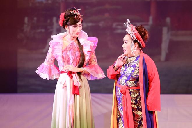 Hoài Linh giả gái trong Liveshow