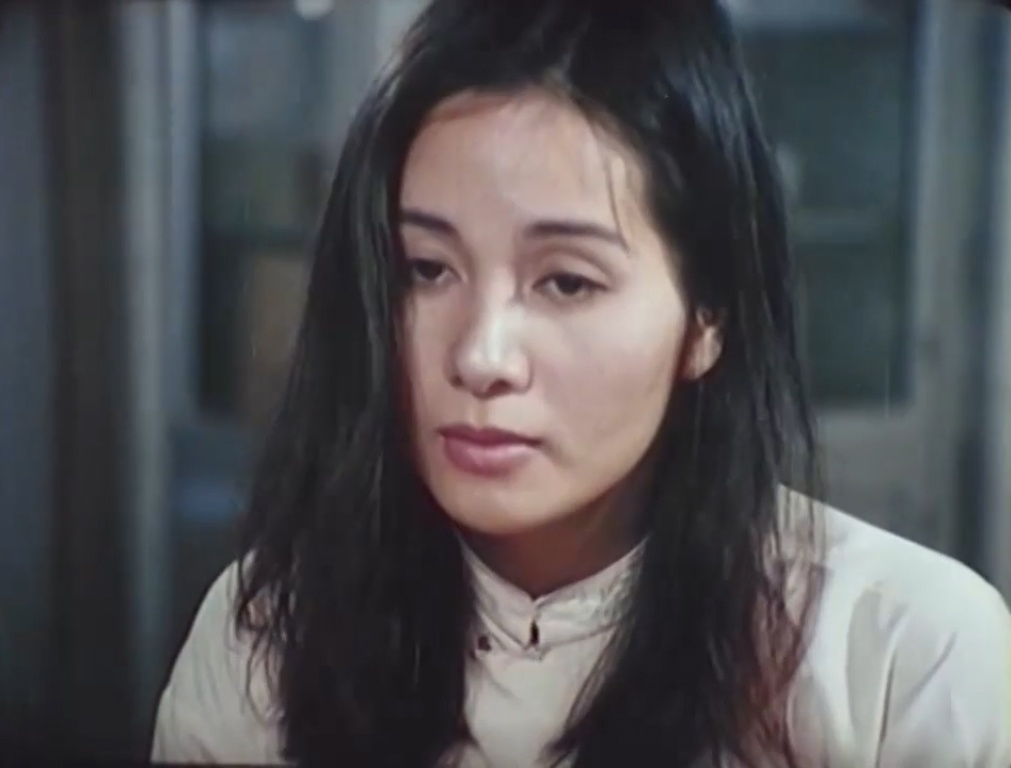 Không chỉ là tình yêu đơn thuần mà còn là sự trả ơn vì Hai Cảnh đã cứu Phụng trong trận bom bi khiến Hai bị mù loà.