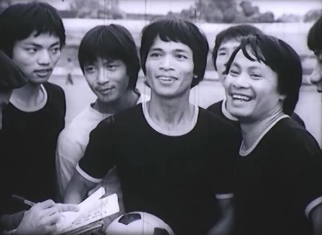 Phim có sự tham gia của những diễn viên gạo cội của một thời như Trần Tiến, Thanh Quý, Bùi Cường và hình ảnh các cầu thủ đội bóng CNHNN lừng lẫy một thời...