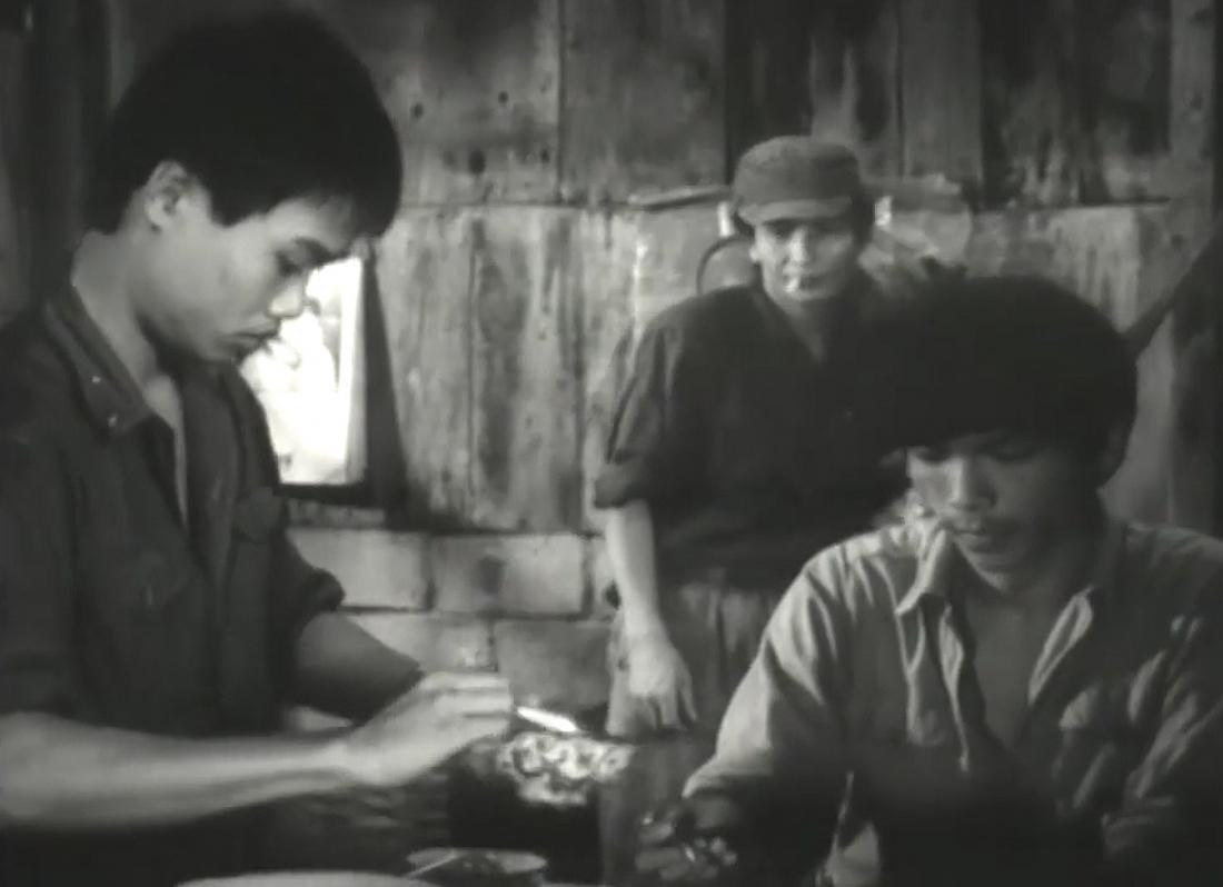 """Những người đồng đội cùng chia sẻ bữa cơm trong phim """"Đồng Đội""""."""