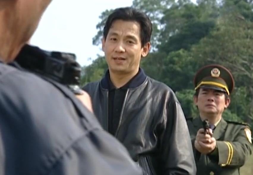"""Cảnh đối đầu giữa cảnh sát và kẻ uy hiếp con tin trong """"Sóng Gió Cuộc Tình""""."""