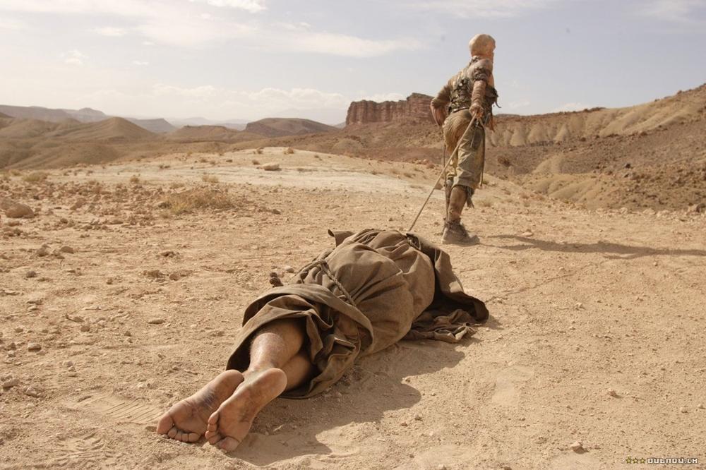 Kẻ man rợ kéo xác nạn nhân trên sa mạc trong phim ''The Hills Have Eyes''