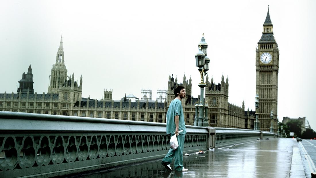 """Jim, nhân vật chính trong """"28 Days Later"""", tỉnh dậy giữa một bệnh viện hoang vắng sau khi thành phố bị xác sống xâm lăng."""