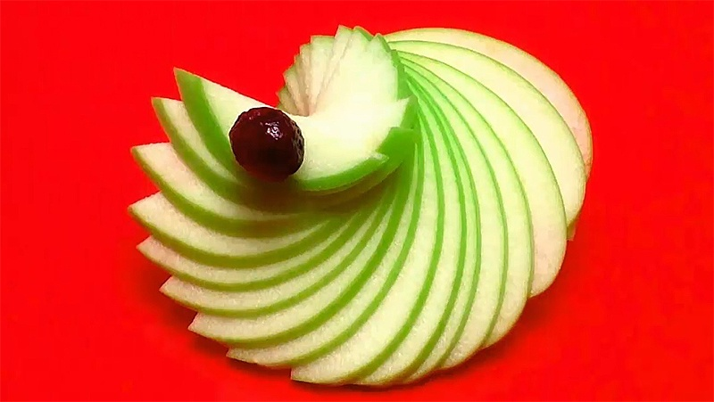 Làm quạt tay bằng trái táo.