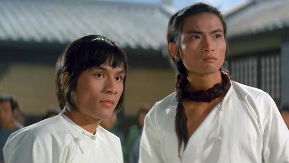 Hai môn đệ của Thiếu Lâm may mắn sống sót trong phim ''Shaolin Martial Arts''