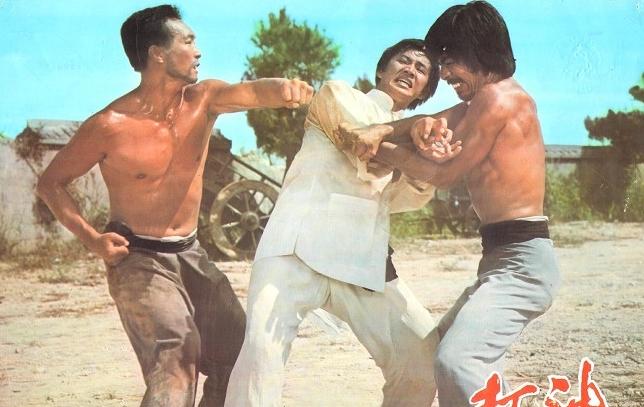 Tuy nhiên đến khi dân làng bị bọn cướp đe dọa, Tiêu Thiên buộc phải dùng chính những ''tuyệt kĩ võ công'' này để ra tay trừ bạo.