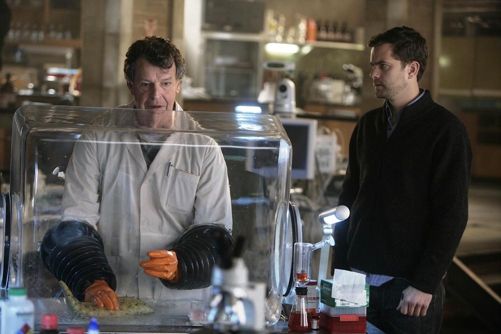 Hai cha con tiến sĩ Walter đang nghiên cứu xác một sinh vật kì dị trong phim ''Fringe''