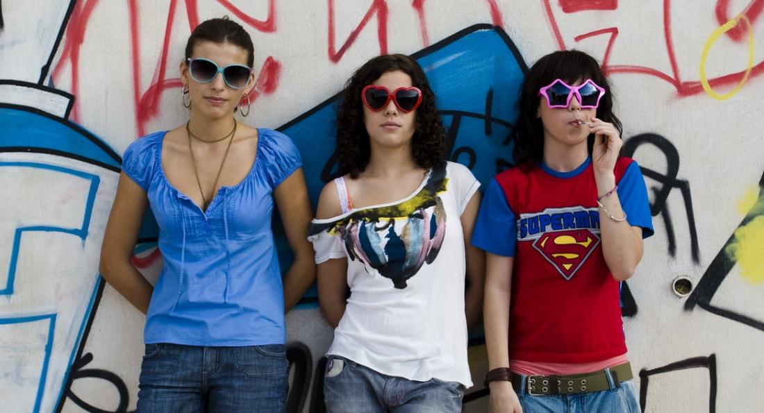 Carlota, Elisa và Mirea tại sân bóng.