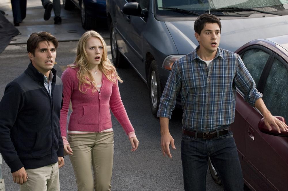 Khi đi qua chiều cầu treo, Sam đã có linh cảm về một tai nạn khủng khiếp sắp xảy ra trong phim ''Final Destination 5''