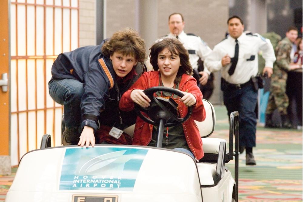Những màn khuấy đảo sân bay của lũ trẻ dường như không có hồi kết trong phim ''Unaccompanied Minors''
