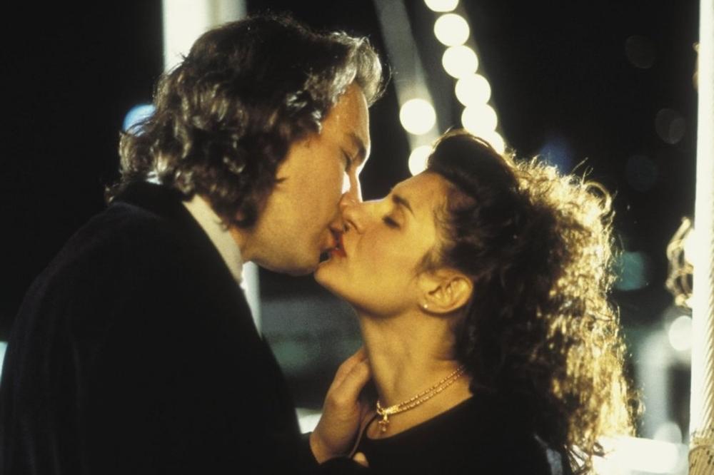 Toula có quan hệ tình cảm với chàng trai Mỹ điển trai Ian trong phim ''My Big Fat Greek Wedding''