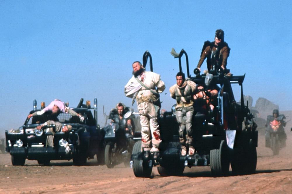Một phân cảnh về ''bịch máu di động'' trong phim ''Mad Max 2: The Road Warrior''