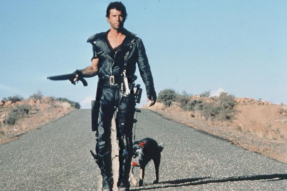 Nhiều năm sau sự ra đi của vợ con, Max đã trở thành một kẻ lang bạt, sống cuộc đời nay đây mai đó ở vùng đất hoang sơ của nước Úc