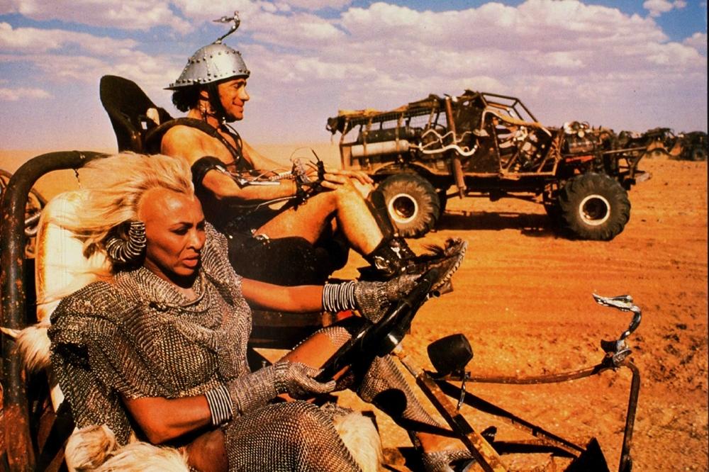 Bartertown là thành phố nằm sát sa mạc và đang nắm giữ một số công nghệ nên thường xuyên bị những kẻ man rợ cướp bóc tài nguyên