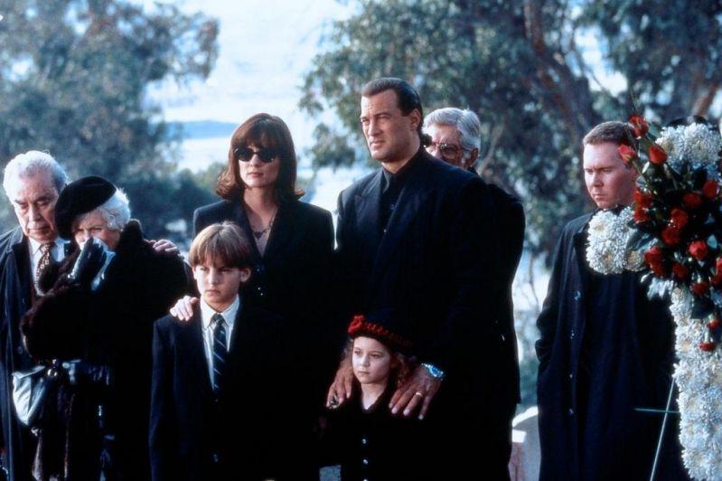 Gã sát thủ có cách gây án man rợ vì ''sở thích'' giết chết toàn bộ gia đình nạn nhân trong phim ''The Glimmer Man''