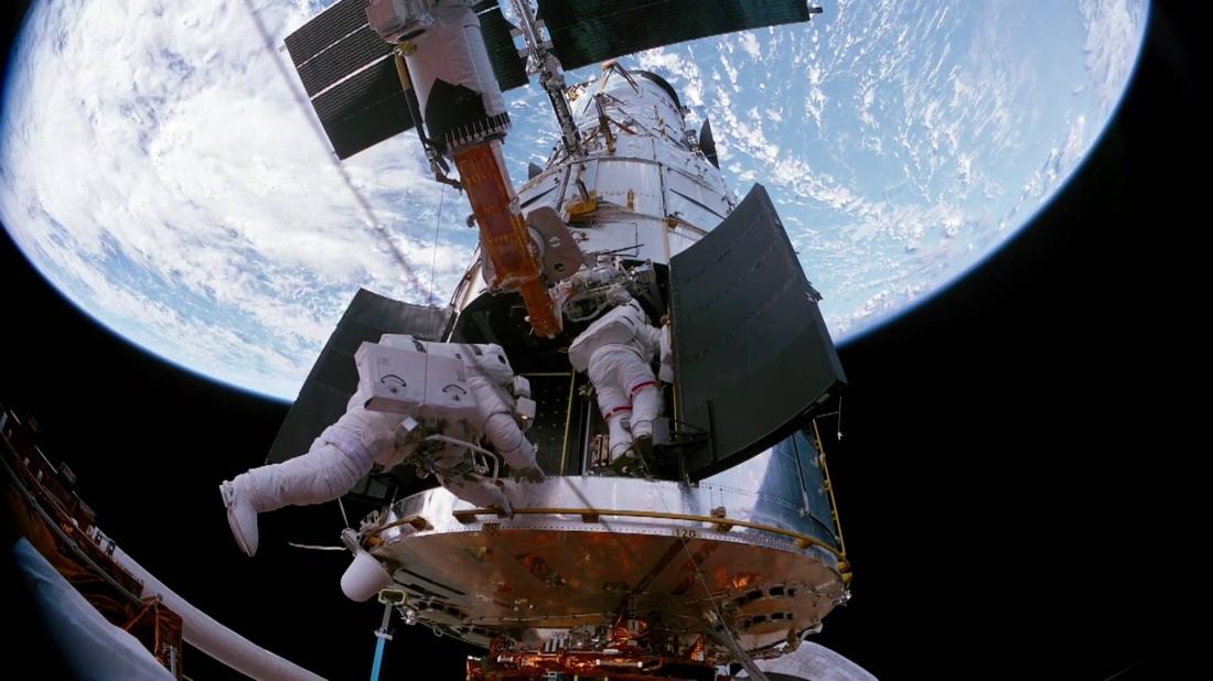 Các phi hành gia đang ra ngoài không gian để sửa chữa kính viễn vọng Hubble.