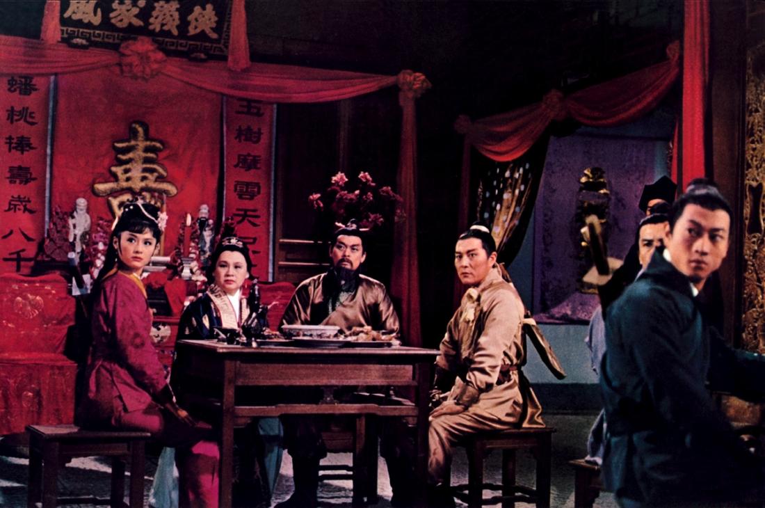 Tề Như Phong cùng vợ, con gái và các đồ đệ.