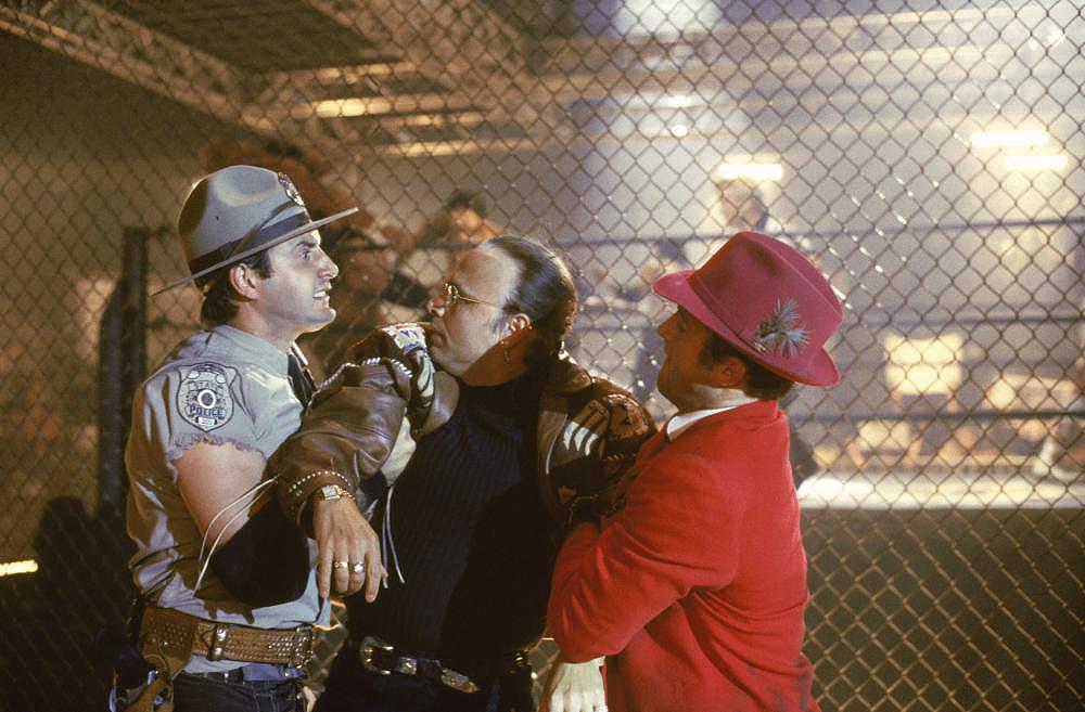 Hai chàng ngốc Gordie Boggs và Sean Dawkins bắt giữ gã xảo quyệt Titus Sinclair.