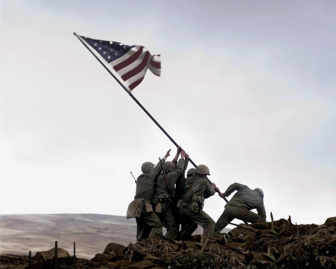Hình ảnh đi vào lịch sử: Năm lính thủy đánh bộ và một bác sĩ hải quân Mỹ dựng ngọn cờ Mỹ trên đỉnh núi Suribachi, báo hiệu chiến thắng cho quân Đồng minh.