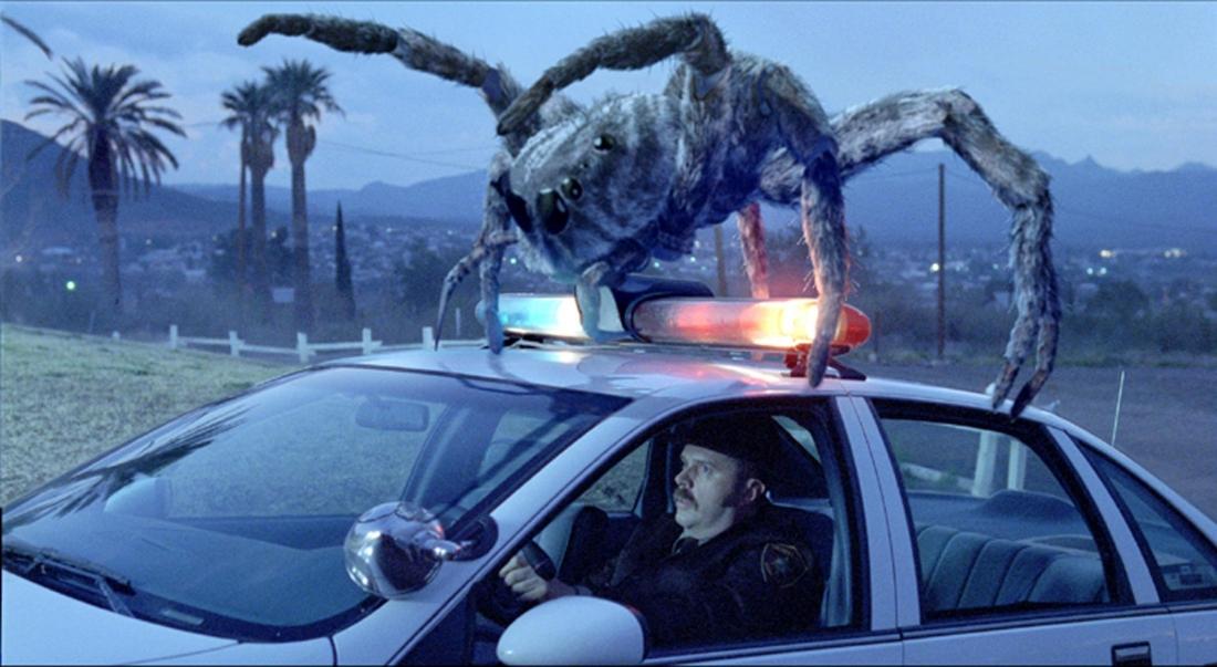 Một con nhện khổng lồ tấn công xe cảnh sát trong ''Eight Legged Freaks''.