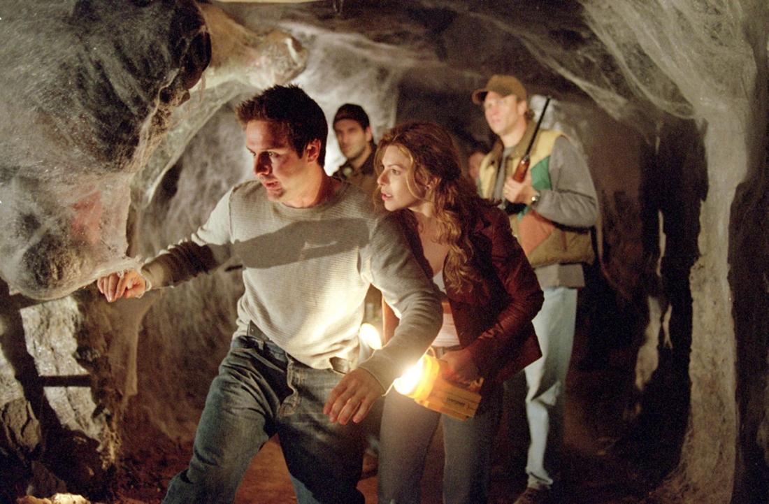 Nữ cảnh sát trưởng Samantha Parker và bạn trai Chris McCormick trong hầm mỏ - nơi những con nhện khổng lồ ẩn náu.