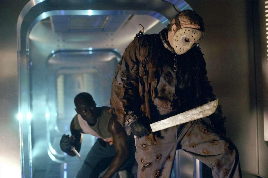 Sau khi được rã đông, tên đồ tể Jason tiếp tục điên cuồng chém giết.
