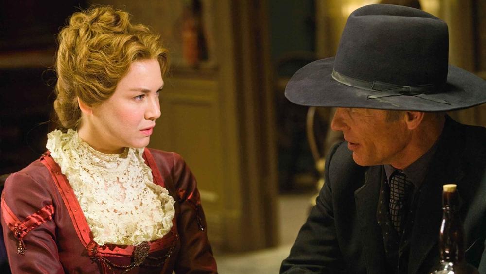 Khi mọi chuyện còn đang rối ren thì Virgil lại vướng vào lưới tình với một góa phụ trong phim ''Appaloosa''