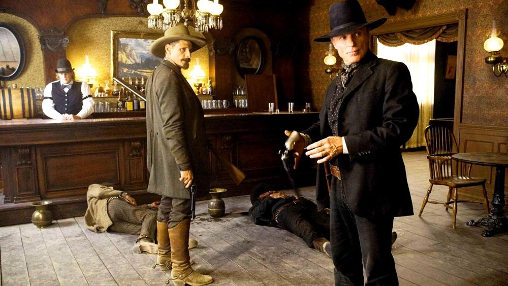 Hai tay cao bồi lãng du Virgil Cole và Everett Hitch được thuê làm cảnh sát trưởng cho thị trấn nghèo Appaloosa.