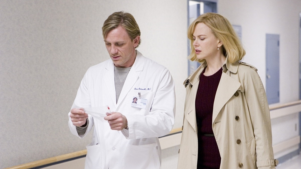 Bác sĩ tâm lý Carol Bannell đã phát hiện ra cơ chế lan truyền virus kì lạ trong phim ''The Invasion''