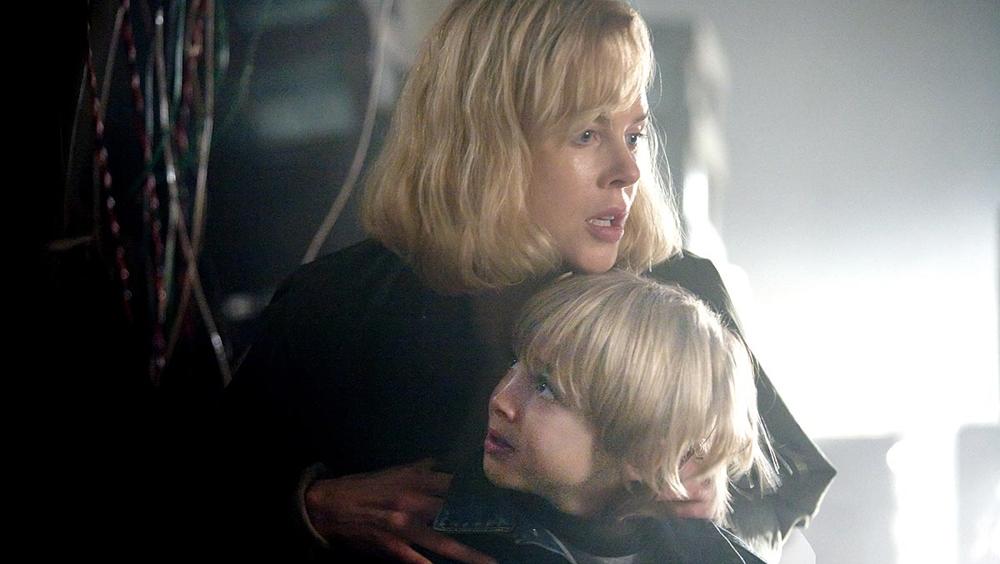 Kể từ đó, cô phải dấn thân vào cuộc hành trình tuyệt vọng giữa thế giới đầy rẫy nguy hiểm nhằm nhanh chóng tìm ra và bảo vệ cậu con trai, đồng thời là nguwoif miễn nhiễm duy nhất với virus - Oliver
