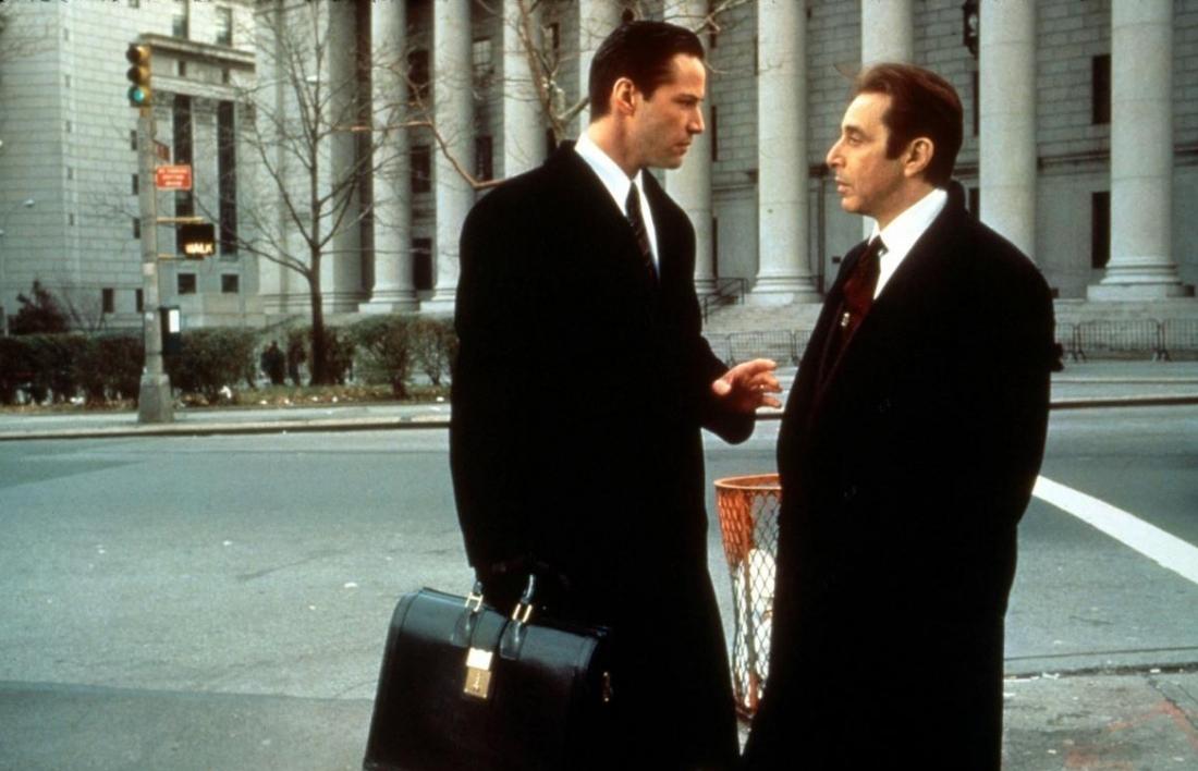 Keanu Reeves trong vai Kevin Lomax và Al Pacino trong vai ''quỷ dữ'' John Milton.