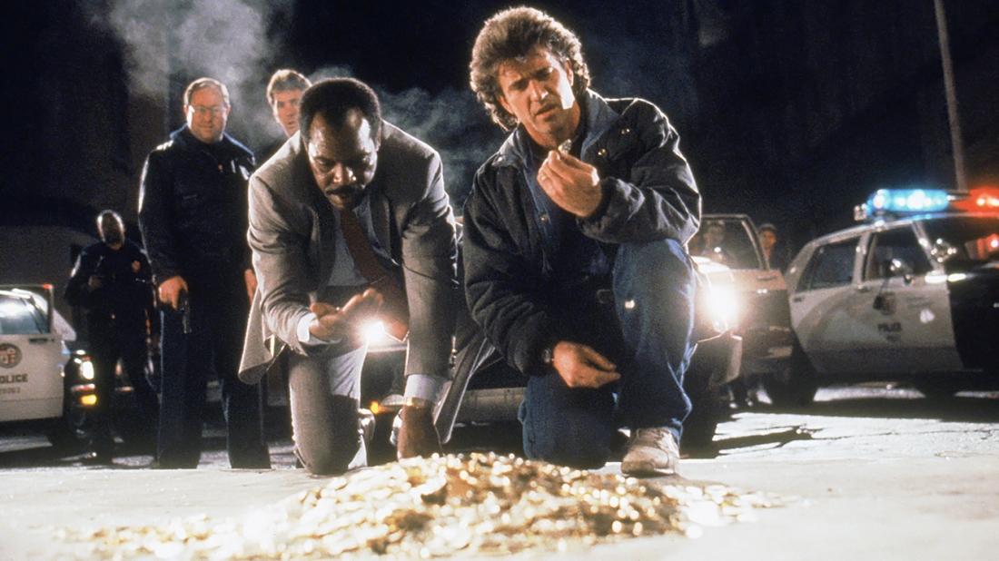 hi chiếc xe bị Roger và Martin truy đuổi gặp tai nạn, hàng trăm đồng tiền vàng Krugerand đã bị rơi vãi tung tóe.