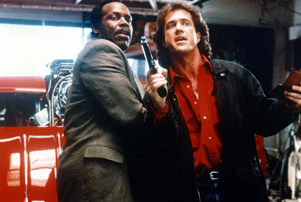 Hai cảnh sát Martin Riggs và Roger Murtaugh tham gia điều tra một vụ trộm vũ khí bí ẩn tại đồn cảnh sát Los Angeles.